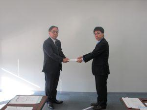 要請書手交(左が佐藤理事長、右が神﨑部長)